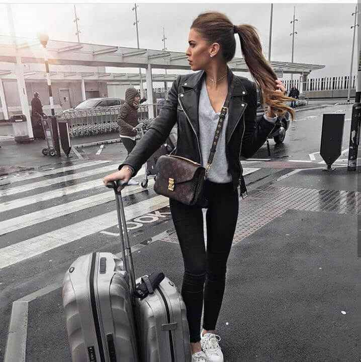 Девушка в аэропорту которая летит работать на вакансию хостес за границу